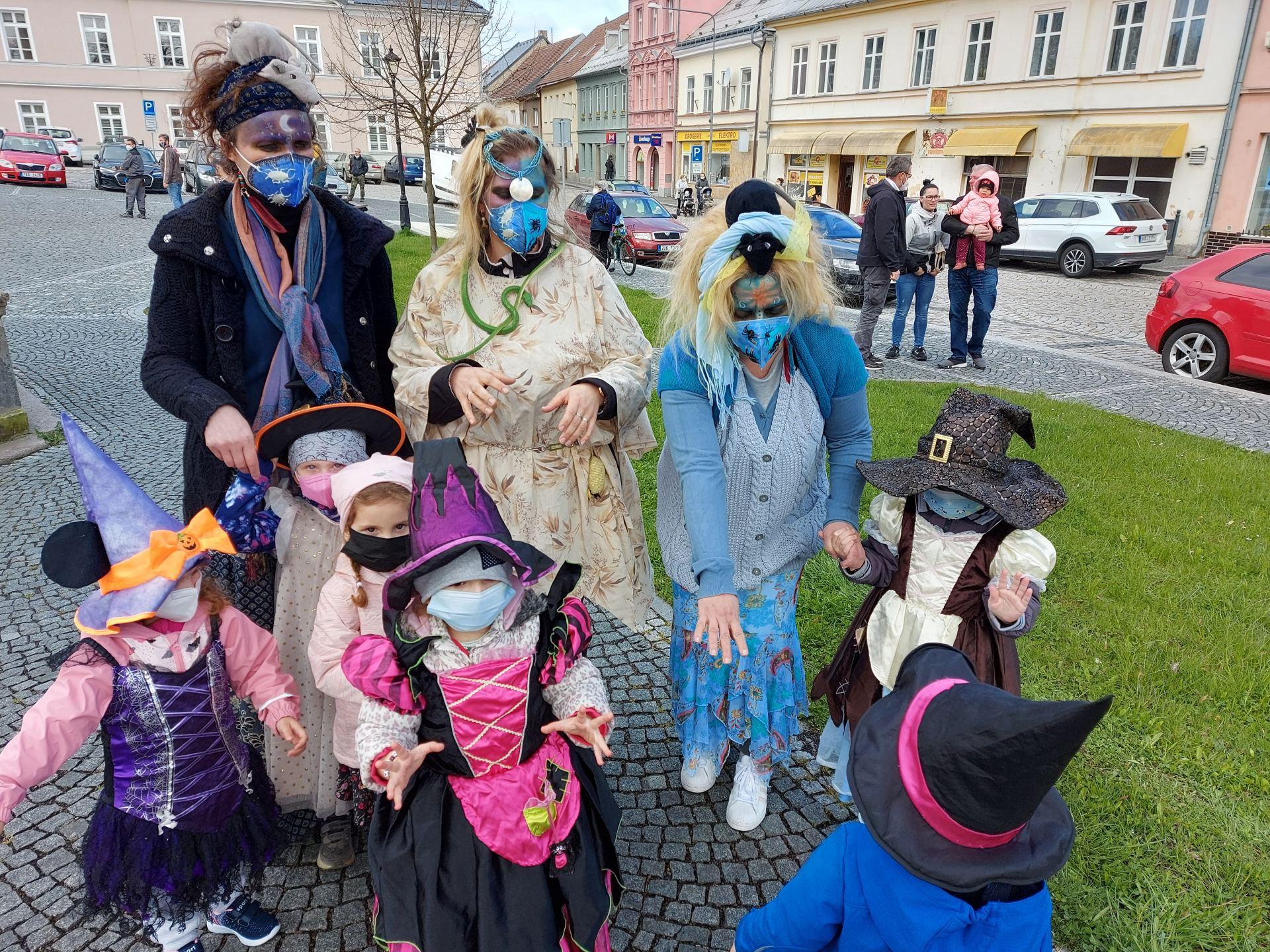 Čarodějnice se slétly ve Šluknově na náměstí